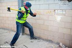 Tampoco pretendas destruir un muro que construiste por muchos años y que todo cambie de un día para el otro deberás tener paciencia con la persona que dejaste aislada comprenderla si la lastimaste mucho. Pero puedes lograrlo de a poco y sin abandonar. ¿Tú tienes mucho trabajo para hacer? Cuéntame así nos conocemos más y crecemos juntos. http://patri2166.com/2014/04/25/destruir-muros/