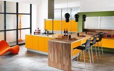 Cool-cuisine-avec-armoires-orange-chaises-et-comptoirs-belle