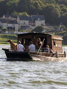 Balade en bateau traditionnel sur la Vienne et la Loire-4 Floating Homes, Boat Projects, Saint Martin, Canal Boat, Boat House, Steamboats, Loire, Backyards, Tiny Houses