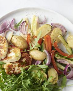 Een waar vegetarisch feest met gegrilde halloumi, een geroosterde ratatouille van verschillende groenten en aardappelen en een frisse dressing van rucola, yum!