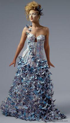 Lia Griffith é a responsável pela coleção de vestidos de alta costura feitos de papel. Sua primeira coleção foi batizada de Vênus e represe...