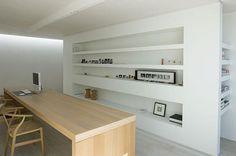 Bureau zen contemporain avec murs blancs