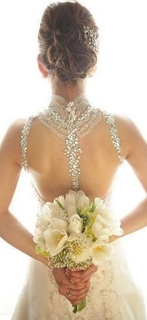 Veluz Reyes. This is the most beautiful back of a wedding dress I've ever seen.  #noviabonita #novia