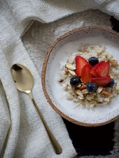 Any other dessert addicts out there? People for whom every meal isn't over without something sweet? Try making this creamy coconut quinoa pudding recipe! Healthy Breakfast Snacks, Vegan Snacks, Breakfast Recipes, Breakfast On The Go, Sweet Breakfast, Quinoa Pudding, Coconut Quinoa, Light Desserts, Ww Desserts