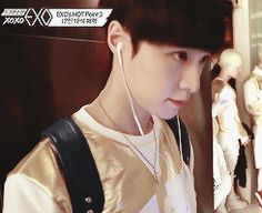 Lay being adorable ^^ Gif