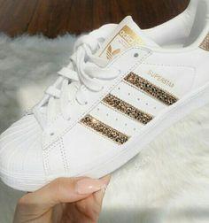 Muy bellas estas zapatillas sigueme para ver más sobre moda esss sapatillas resaltan mucho sobre todo el brillo me KEDE sin palabras mucha moda