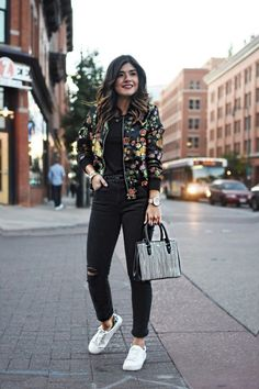 Bomber jackets can look sporty, but also very chic, depending on what way you want to wear it. Here's how to style the perfect bomber jacket outfit this season! 40 Casual Bomber Jacket Outfits for Winters 'Cause it's Back in Trend' Fall Outfits, Casual Outfits, Emo Outfits, Floral Bomber Jacket, Black Bomber Jacket Outfit, Jeans And Sneakers, White Sneakers, Sneakers Outfit Work, Look Girl