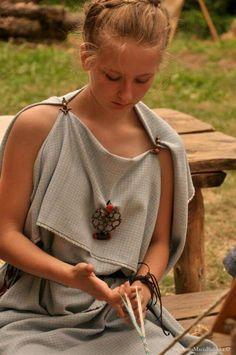 Celtic Clothing, Armor Clothing, Medieval Clothing, Iron Age, Historical Costume, Historical Clothing, Frauen Mittleren Alters, Roman Dress, Roman Clothes