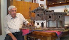Heinz Laucher mit einer seiner alpenländischen Weihnachtskrippen mit altem verwittertem Holz und echten Solnhofener Platten.  (Bild: SE) Small World, Little Houses, Dremel, Bird Houses, Bonsai, Lights, Hobby, Cool Stuff, Christmas