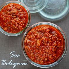 Z Francji (Crepes Suzette) przenosimy się dzisiaj do Włoch :) Sos bolognese, to sos pomidorowo-warzywny z dodatkiem duszonej, mielonej wołowiny. Tradycyjnie dodawany jest do lazanii, spaghetti i in… My Favorite Food, Favorite Recipes, Polish Recipes, Bolognese, Food Design, Chana Masala, Chili, Bacon, Spaghetti