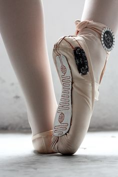E-TRACES, memories of dance. Accelerometer, Lilypad Arduino, and pressure sensors in pointe shoes capture dancer's movements and transform into visual sensations.  From Lesia Trubat. #dance, #ballet