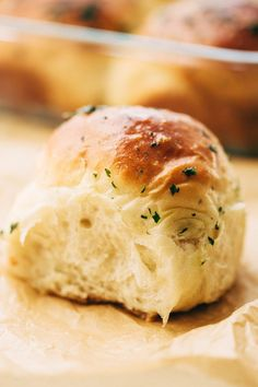 One Hour Garlic Herb Dinner Rolls Fluffy and tender dinner rolls that are topped with an amazing garlic butter to give you the most flavor dinner rolls of your life! Homemade Dinner Rolls, Dinner Rolls Recipe, Homemade Breads, Herb Butter, Garlic Butter, Garlic Bread, Baking Buns, Bread Baking, Garlic Rolls