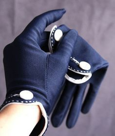 The Isotoner Gloves - navy blue - vintage look-these would look beautiful in leather Look Fashion, Winter Fashion, Womens Fashion, Fashion Trends, Fashion 2016, Gloves Fashion, Fashion Accessories, Gants Vintage, Viktorianischer Steampunk