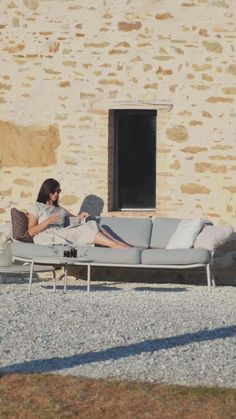 Sofa für das Freiluftwohnzimmer. Hochwertige Polstermöbel Garnitur für hohe Ansprüche. Lounge Möbel Garten aus Edelstahl im Retro Design, bunt wie das Leben. Die Gartenmöbel Garnitur ist in vielen attraktiven Farben lackiert und mit großer Auswahl an Polsterfarben erhältlich. Klicken Sie, um mehr zu erfahren. Fragen telefonisch unter: +43 699 1599 0977 #gartenmoebel, #polstermoebelgarten, #RiesProDesign Outdoor Sofa, Outdoor Furniture, Outdoor Decor, Lounge Design, Retro Design, Sun Lounger, Bunt, Modern, Home Decor