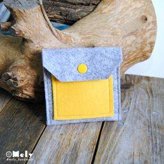 Piccolo portamonete/portatutto da borsa in feltro grigio chiaro e taschina in feltro giallo di MelyHandmade su Etsy
