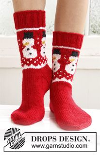 "Frosty Feet - Knitted DROPS socks with Christmas pattern in ""Karisma"". - Free pattern by DROPS Design Knitting Patterns Free, Free Knitting, Free Pattern, Crochet Patterns, Finger Knitting, Scarf Patterns, Knitting Machine, Knitting Needles, Drops Design"