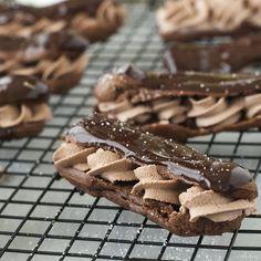OMG! Eclairs zijn helemaal mijn ding, maar maak daarvan drievoudige chocolade eclairs en ik bega een moord. Deze zijn onweerstaanbaar lekker!