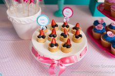 Festa azul Tiffany e rosa   Macetes de Mãe Birthday Cake, Desserts, Food, Tiffany Blue Party, Meet, Tailgate Desserts, Deserts, Birthday Cakes, Essen