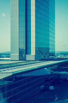 Turm 01 – Bei dieser 3er-Serie wächst ein Büroturm in den Himmel. Der Standpunkt des Betrachters ist relativ. Wiederholtes Umhängen schafft eine sehr subtile Irritation. 2013, MD | © www.piqt.de | #PIQT