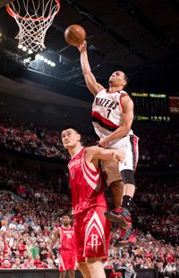 Brandon Roy jumps over Yao Ming