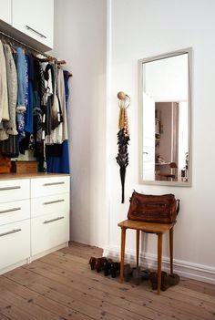 Soverom, garderobe Arkitektens leilighet på Fredensborg i Oslo. TRANG GANG: Garderoben er laget av kommoder og overskap fra Ikea, med en spesialtilpasset garderobestang i rustfritt stål. Benkeplaten er i vokset kryssfinér.