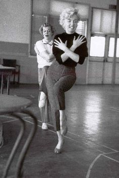 Marilyn Monroe rehearsing 'After You Get What You Want' for the film There's No Business Like Show Business. Photo by Milton Greene. Marilyn Monroe Cuadros, Marilyn Monroe Fotos, Howard Hughes, Claudia Cardinale, Brigitte Bardot, Milton Greene, Divas, Norma Jeane, Dance Class