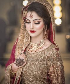 ideas for bridal saree walima Asian Bridal Wear, Pakistani Bridal Makeup, Bridal Mehndi Dresses, Bridal Dress Design, Pakistani Wedding Dresses, Indian Bridal, Bridal Lehenga, Bridal Poses, Bridal Photoshoot