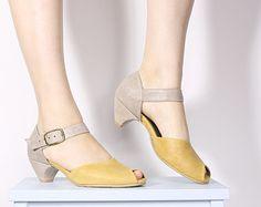 Schwarz Ledersandalen mit flachen Ferse, Criss cross und Metall-Schnallen-Detail.  Diese Sandalen sind super bequem und schmeichelhaft für jeden Fuß (ja, das breite Füßen sowie umfasst:). Sobald Sie das erste Mal die Schnalle anpassen, können Sie diese Folie, ein- und ausschalten problemlos.  Unsere Stilberatung: Verbinden Sie diese mit einem leichten Rock oder Ihre Lieblings-slim-Jeans.  Breite 2cm Ferse ist stark und robust. Ideal für breitere Füße, als auch. Alle von den Sohlen in meine…