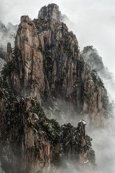 «Очищающая буря». «Гора Хуаншань, провинция Аньхой, Китай. Фото сделано с пика Начала веры после утреннего снегопада. Затянувшийся туман превратил это фото в настоящую китайскую картину».