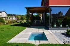 @wat Meersalzwasser-Tauchbecken / Minipool | homify Mini Pool, Riviera Pool, Plastic Canisters, Plunge Pool, Salt And Water, Cool Pools, Pool Houses, Bathing, Sidewalk