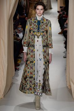 See all the Collection photos from Valentino Spring/Summer 2015 Couture now on British Vogue Haute Couture Paris, Style Haute Couture, Couture 2015, Couture Looks, Valentino Couture, Couture Fashion, Runway Fashion, Valentino Paris, Fashion Spring