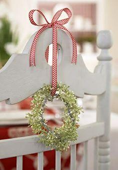 wreath & ribbon bow chair decor #LeCreusetHolidayEntertaining