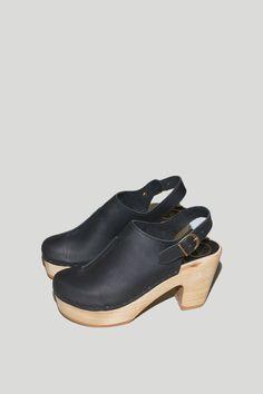 Closed Toe Front Seam Clog in Black