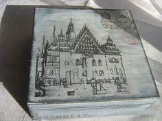 Pudełko z grafiką wrocławskiego ratusza, nakładaną techniką decoupage.