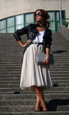 Wearing a midi skirt will give you a stylish look and a sense of elegance. We found you 16 Outfit Ideas With A Midi Skirt to show you how you can wear it. Fashion Mode, Modest Fashion, Look Fashion, Autumn Fashion, Fashion Trends, Fashion 2015, Fashion Addict, Skirt Fashion, Fashion Photo