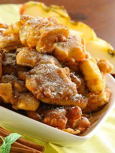 Apple fritters and cinnamon - Come resistere alle Frittelle di mele e cannella? A base di ingredienti semplici e genuini, questi dolcetti vi conquisteranno subito. Buon appetito! #frittelledimele