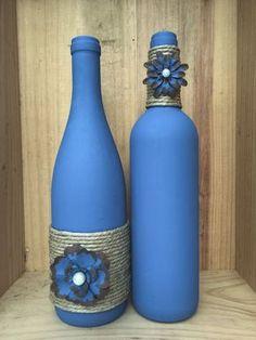 Denim blue colored wine bottle with twine and painted metal flowers Blaue Kreide gemalte Weinflasche Glass Bottle Crafts, Wine Bottle Art, Diy Bottle, Blue Bottle, Vodka Bottle, Recycled Wine Bottles, Painted Wine Bottles, Decorated Bottles, Wine Bottle Centerpieces