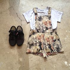 I'm crazy about this outfit, these cat print overall shorts are making me want to marry them. I want the flat shoes too.