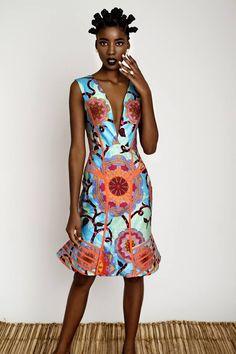 La créatrice Rose Palhares, originaire d'Angola, offre une nouvelle esthétique africaine avec sa collection 2015. Quand on voit le lookbook de cette collection, on ne peut qu'adhérer à cette esthétique: Elle est élégante et gracieuse, et complètement dans l'air du temps. Avec des pièces aux coupes modernes, des détails apportés tout en subtilité Elle reprend ...