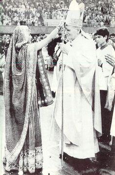 """1986 – 2 febbraio – A Madras, India, Giovanni Paolo II viene """"cresimato"""" da una sacerdotessa di Shiva – il culto fallico - e segnato sulla fronte con """"crisma"""" di vacca """"sacra""""."""