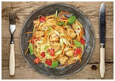 Rezeptarchiv Pikante Putenbrust-Reisnudel-Pfanne mit Paprika und Karotten, garniert mit Frühlingszwiebeln und geröstetem Sesam Rezept