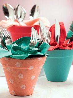Usados como porta-talheres, os vasinhos ganharam forração de tecido e têm as cores do Natal