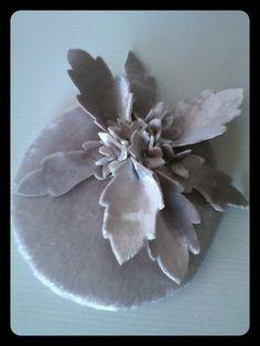 Tocado en terciopelo gris