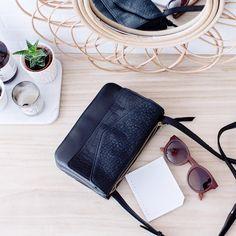CARNETS PARISIENS sur Instagram: Je viens de recevoir mon sac @craie_studio et je l'adore déjà! Je sais pas vous, mais moi l'odeur et la sensation du cuir tout neuf, je trouve ça complètement addictif! J'ai hâte de le porter ! Mais pas aujourd'hui car aujourd'hui, on bosse et sérieusement pour @mydearpaper ! #bag #leather #craiestudio #vestiaire #craie