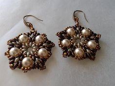orecchini tondi in tessitura di perline con 5 perle bianche, superduo e mezzi cristalli, by tizianat, 18,80 € su misshobby.com