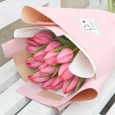 #Difiori #tulip #bouquet #tulipán #DifioriVirágszalon #MonddElVirággal How To Wrap Flowers, Flower Wrap, Flower Aesthetic, Flower Boxes, Photo And Video, Bouquets, Packaging, Garden, Plants