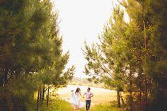 Quando vi as fotos pré-wedding da Michelle e do Victor foi amor à primeira vista! Um pré-casamento em um campo de Camomila, em Mandirituba, Paraná.