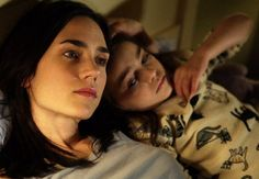Jennifer Connelly as Dahlia and Ariel Gade as Ceci in Walter Salles's DARK WATER, Buena Vista Pictures release. © 2005