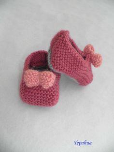 """Chaussons fushia """"petits nœuds roses"""" au tricot pour bébé : Mode Bébé par le-bazar-de-tepahua"""