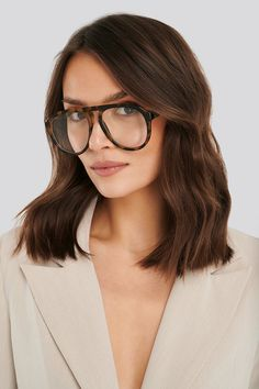 These sunglasses feature light lenses with uv protection, rounded frames and a retro design. Measurements: Lens Height: cm / in. Lens Width: cm / in. Frame Width: cm / in. Temple Length: 15 cm / in. Bridge Width: 2 cm / in. Teen Haircuts, Oval Face Haircuts, Hairstyles For Round Faces, Popular Haircuts, Lob Haircut Round Face, Mid Length Straight Hair, Center Part Hairstyles, Medium Straight Haircut, Girl Hairstyles